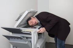 Varón del negocio en problema con la máquina de la copia en el trabajo Fotografía de archivo libre de regalías