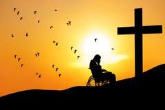 Varón discapacitado con la cruz en montaña Fotos de archivo libres de regalías