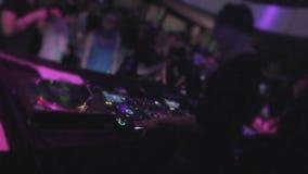 Varón DJ en los auriculares que juegan música en cubierta profesional de los sonidos metrajes