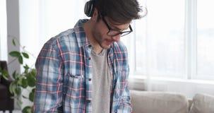 Varón DJ que juega música en casa metrajes