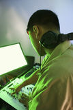 Varón DJ que usa el equipo de mezcla. Imagenes de archivo