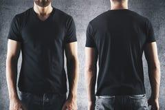 Varón en camiseta negra vacía Fotos de archivo