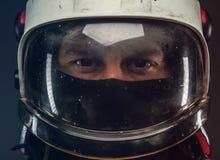 Varón en casco del bombero imagen de archivo