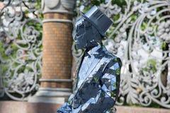 Varón en el traje de negocios cubierto por tecnologías modernas del concepto de los espejos fotos de archivo