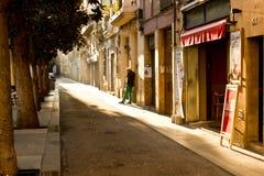 Varón en las calles viejas de Barcelona Imagenes de archivo