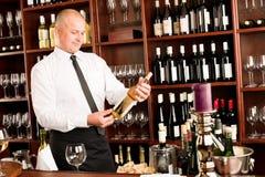 Varón feliz del camarero de la barra de vino en restaurante imagenes de archivo
