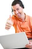 Varón feliz del trabajo en casa que trabaja en la sonrisa del ordenador portátil imagenes de archivo
