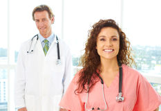 Varón feliz y doctores de sexo femenino foto de archivo libre de regalías