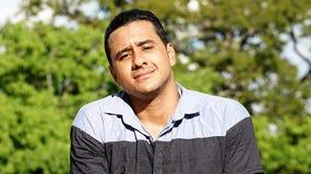 Varón hispánico adulto serio Fotos de archivo