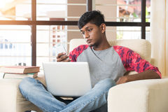 Varón indio adolescente usando Fotos de archivo libres de regalías