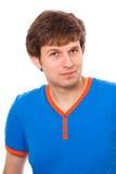 Varón joven en camisa azul, positivo y confidente imagenes de archivo