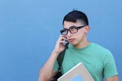 Varón joven enfadado en el teléfono imágenes de archivo libres de regalías