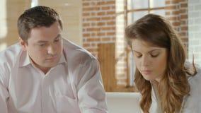 Varón joven y el hablar femenino, mujer que da vuelta lejos enojada, aconsejando la sesión almacen de video