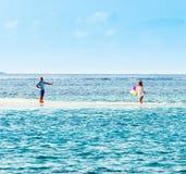 VARÓN, MALDIVAS - NOVIEMBRE, 27, 2016: Pares con los globos en las orillas del Océano Índico Copie el espacio para el texto Imagen de archivo