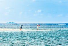 VARÓN, MALDIVAS - NOVIEMBRE, 27, 2016: Pares con los globos en las orillas del Océano Índico Copie el espacio para el texto Fotos de archivo libres de regalías