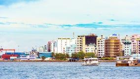 VARÓN, MALDIVAS - NOVIEMBRE, 27, 2016: Vista de la ciudad del varón fotografía de archivo