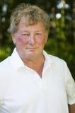 Varón mayor del jugador de tenis de la Edad Media feliz Foto de archivo libre de regalías