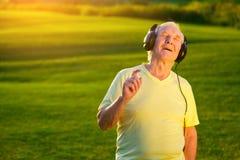 Varón mayor en auriculares Imágenes de archivo libres de regalías