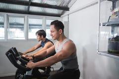 Varón muscular asiático dos que hace excercises cardiios Imagenes de archivo