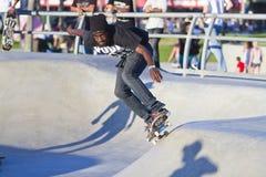 Varón negro joven que se realiza en el parque del patín Fotos de archivo libres de regalías