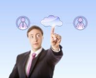 Varón Peer Via Cloud de Contacting Female And del encargado imágenes de archivo libres de regalías