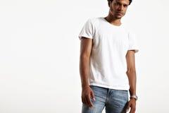 Varón pelado oscuridad que presenta la camiseta blanca simple Fotografía de archivo