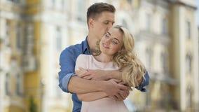 Varón que abraza a su novia de detrás, besando a su amor, dulzura almacen de video