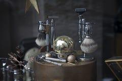 Varón que afeita los accesorios en el escaparate de la tienda del hombre Imagen de archivo libre de regalías