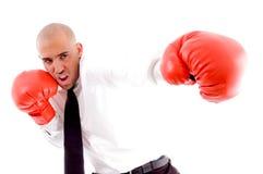 Varón que presenta en guantes de boxeo Imagen de archivo