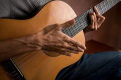 Varón que toca la guitarra acústica Imagen de archivo