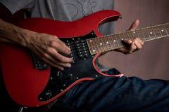 Varón que toca la guitarra eléctrica Foto de archivo libre de regalías