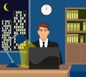 Varón que trabaja tarde en su ordenador portátil Imágenes de archivo libres de regalías