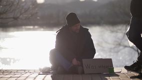 Varón sin hogar del veterano de guerra que pide en la calle almacen de metraje de vídeo