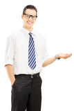 Varón sonriente joven que gesticula con su mano Fotos de archivo libres de regalías