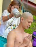 Varón tailandés en ritual de la ordenación del budismo Foto de archivo