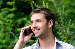Varón usando el teléfono móvil Fotografía de archivo
