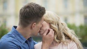 Varón y hembra en el amor que mira uno a y el comienzo que se besan, relación metrajes