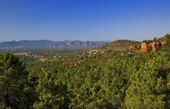 Var的美好的树木丛生,岩石和多山风景 免版税库存图片