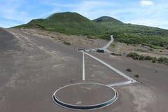 Var arkitektur möter den vulkaniska naturen Royaltyfri Bild