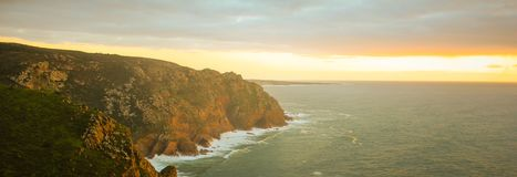 Var berget möter havet royaltyfria bilder