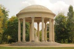 var den härliga trädgården lokaliserade medeldelthailand tornet royaltyfri fotografi