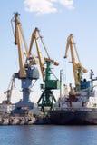var den kranar anslutade laddade klara shipen för port till Arkivfoto