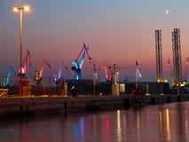 var den kranar anslutade laddade klara shipen för port till Royaltyfria Foton