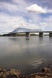 Var den minnes- bron Columbia River Kennewick för molnforntidsbanbrytaren Arkivbild
