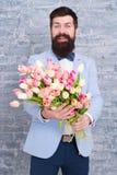 Var drömmar att bli verklighet kvinnors dag Blomma f?r mars 8 den f?rorts- dagskogfj?dern g?r Sk?ggig man med blommor Sk?ggig man royaltyfri bild