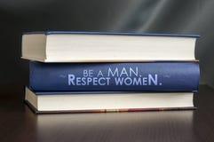 Var en man. Respektera kvinnor. Boka begreppet. Royaltyfria Foton