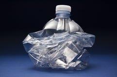 var flaskan krossad avskrädeplast- som kastas till Arkivbilder