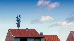 var installerade satelliten för hörndisk huset Royaltyfria Bilder