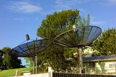 var installerade satelliten för hörndisk huset royaltyfri bild