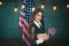 Var kall, och du ska vara i stånd till att tilldra och behålla lotten mer studenter Lyckliga studenter på kursen med USA medborga royaltyfri bild